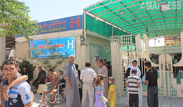 6月にニナワ県の県庁都市モスルがイスラム国に制圧された。タラファルなど近郊の町からはトルコ系のシーア派住民らが、迫害を恐れシンジャルに避難していた。しかし、それから2か月後にはシンジャルも襲撃されることになる。写真は6月、避難民であふれるシンジャル市内の病院。(6月中旬・ハッサン・オメル撮影)