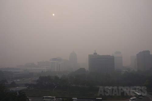 8階の建物から見た景色。午後4時前の北京。2014年10月8日 北京市建国門にて 撮影 宮崎紀秀