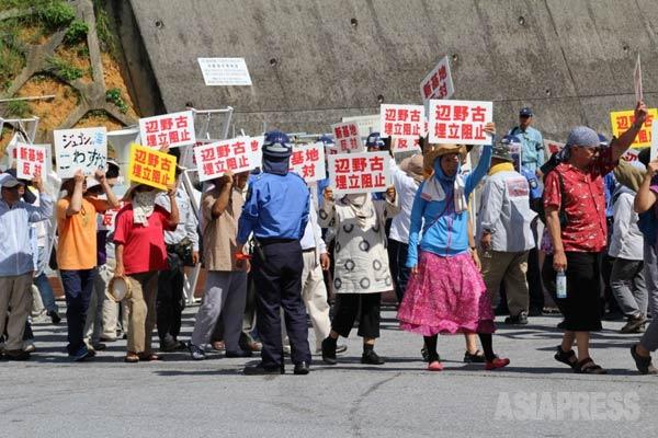 キャンプ・シュワブのゲート前で新基地建設反対を訴える市民たち