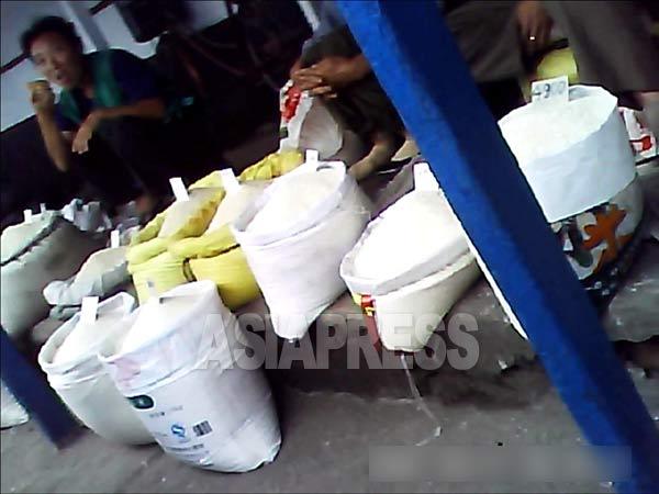 清津市の総合市場。米が大量に売られている。2013年9月(アジアプレス)