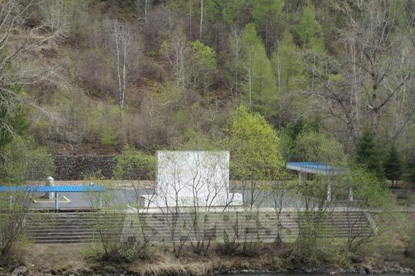 白頭山地区の革命戦跡地の入り口である普天(ポチョン)郡の革命史跡碑。2014年5月 中国側から撮影(アジアプレス)