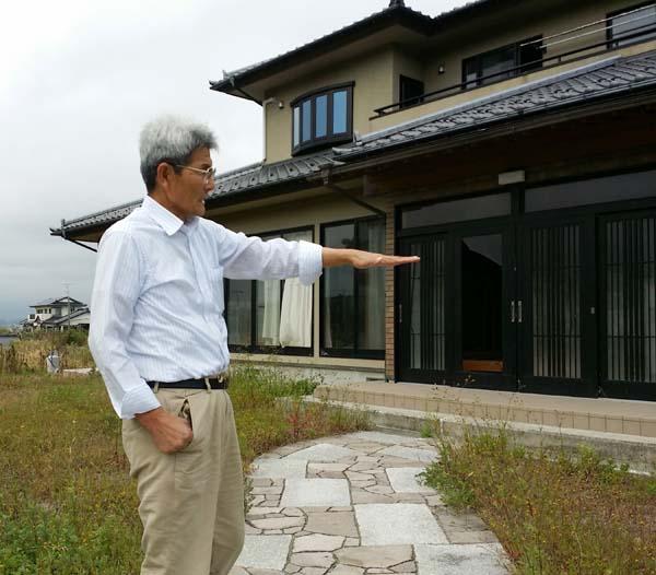 震災前から一貫して原発反対を訴えてきた小高区の志賀勝明さん(66)。海の近くに家を新築して数年で「3・11」に見舞われた。家は津波に耐えたが、3年半無人のままだ。(2014年10月撮影・栗原佳子)