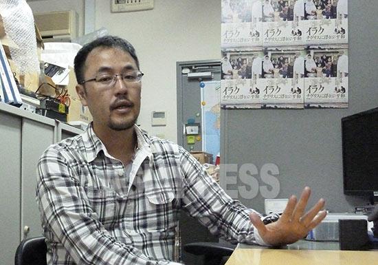 インタビューに答える綿井監督
