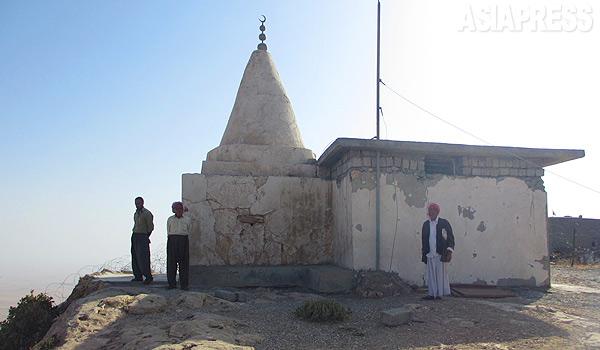 シンジャル山には、クッブと呼ばれるヤズディ教徒の聖塔が点在する。イスラム国に制圧されたふもとの町や村にあった聖塔は次々と破壊されたという。(9月、イラク・ニナワ県シンジャル山・玉本英子撮影)