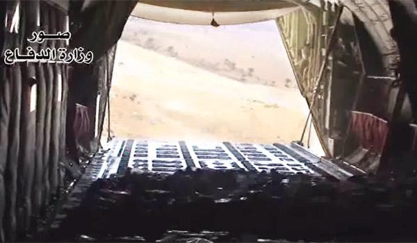 イスラム国に制圧され、陸路が閉ざされたなか、イラク政府軍が上空から輸送機で食料など救援物資を投下。だが、5万にのぼる住民すべてに行き渡ったわけではなかった。その後、アメリカ、イギリス、フランス、オーストラリア、カナダが輸送機を派遣し、人道目的としてシンジャル山への物資投下作戦に加わった。食料や飲料水だけでなくテントなど生きるために必要な物資がシンジャル山に次々と投下された。病人や乳幼児の一部がイラク軍ヘリで救出されたものの、多くの住民は山に取り残された。写真は物資をシンジャル山に投下するイラク軍輸送機。(イラク国防省公表映像)