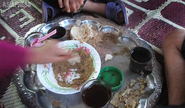 【シリア北東部】 夕食は、ナンとオリーブオイルにスパイス、そして紅茶。「山では何も食べられなかった。食べられるだけでうれしい」と話す人もいた。(シリア北東部・デレクで 9月・玉本英子撮影)