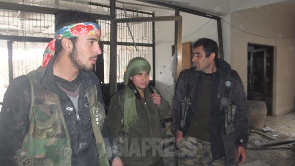 12月21日夜、クルド組織、人民防衛隊(YPG)勢力はコバニ市内で、一部地区の奪還作戦を敢行、イスラム国拠点のひとつであった文化芸術センター建物を取り戻した。内部の模様。(22日コバニ市内で撮影・アジアプレス)