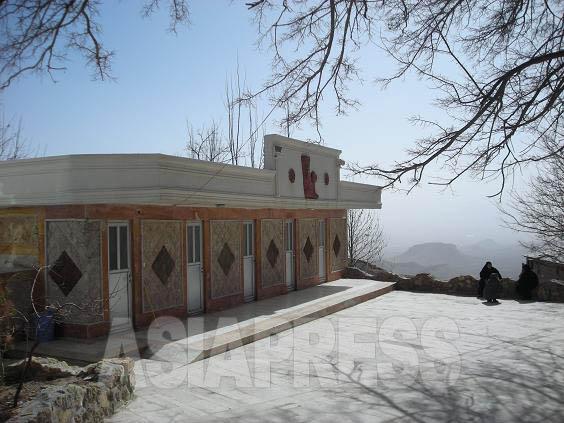 イランの温泉宿では、個室の家族風呂が別棟にあり、本館から鍵路借りて利用する形式が多い。写真は宿泊したマハッラートの宿の家族風呂