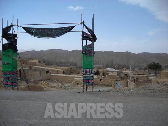 荷台からの景色。アドベ造り(土と藁を混ぜたレンガ)の小さな村々を通り過ぎる(イラン・マハッラート近郊)