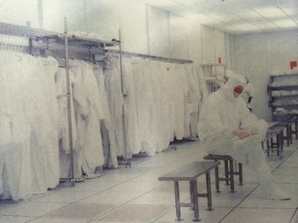 白い作業服を着用したキフン工場の従業員(パノリム提供)