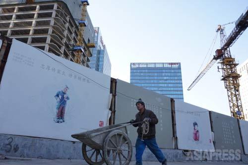 「ビル建設に携わるのは農村からの出稼ぎ労働者」 2015年1月9日 国貿 撮影 宮崎紀秀