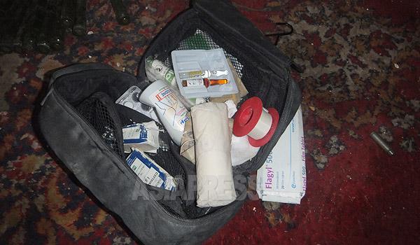 イスラム国の戦闘員が使用していた医療セット。包帯などに混じっていくつかのアンプル剤もあった。このほか、鎮痛作用のある薬物も見つかっている。(アレッポ県コバニで12月下旬撮影・アジアプレス)