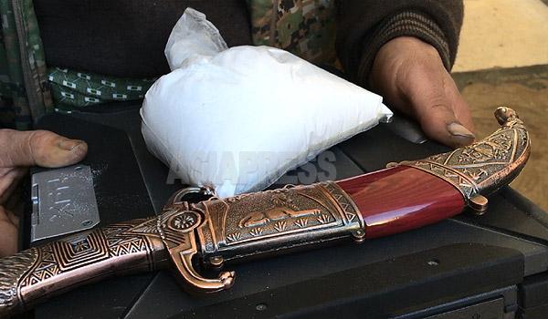 戦闘で死亡したイスラム国のコバニ南部地区部隊長、アブ・ザハラの所持品にあった多量の薬物。白い粉はコカインと見られ、500グラム以上はあった。その下にあるのはDELLのノートパソコンで、軍事用途などでも使われる耐衝撃性の高いタイプだ。短剣も部隊長のもの。(アレッポ県コバニで12月下旬撮影・アジアプレス)