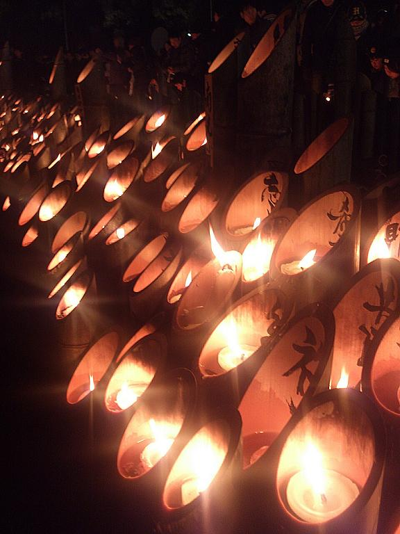 神戸東遊園地で地震発生時刻の午前5時46分、追悼のロウソクに祈る市民ら(うずみ火/矢野宏)
