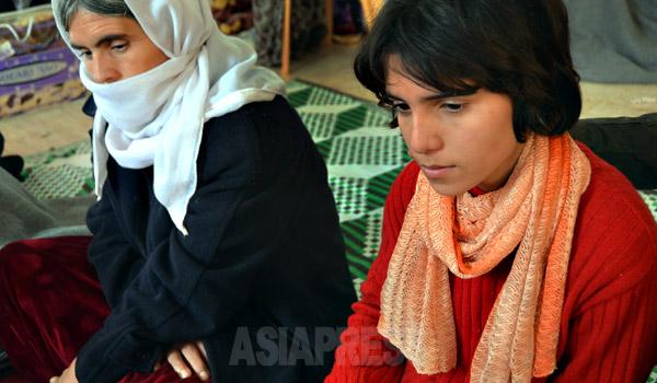 「イスラム国」から解放されたヤズディ教徒(ヤジディ教徒)の少女ヴィナン・ハサンさん(13)と母親。ヴィナンさんは拉致されてから障がい者のふりをし続けていたという。(キルクーク郊外にて1月18日撮影・玉本英子)