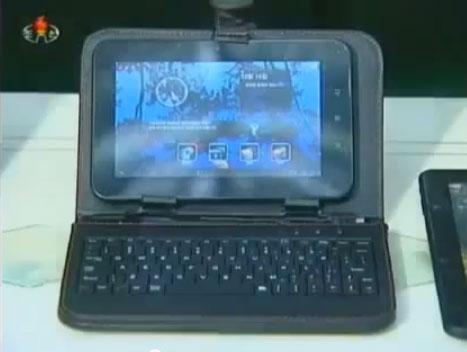 写真2 朝鮮中央テレビで2012年10月に紹介されたタブレットPC。キーボードを連結することもできる。朝鮮中央テレビより引用