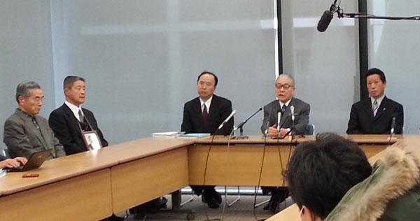 大阪府摂津市が地下水汲み上げ中止を求め、JR東海を提訴。裁判のあと、記者会見する森山市長(撮影・矢野宏)