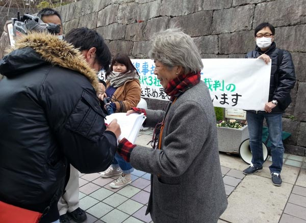 JR福知山線事故の遺族らが2月8日、JR伊丹駅前で、大阪高裁に「公正な判断」を求める署名活動を行った。(撮影・矢野宏)