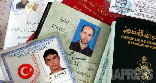 ISには外国人義勇兵が加わる。その多くがトルコ国境を越えて入り込んでくる。写真はクルド組織がIS戦闘員から押収したパスポートや身分証。トルコ、リビア、イエメン、チュニジア、ロシアなど国籍はさまざまだ。(2014年9月 シリア・カミシュリで撮影・玉本英子)