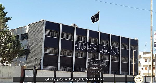 イスラム国支配地域のアレッポ県マンブジの裁判所。アサド政権時代の裁判所の建物は、黒く塗りかえられ、「イスラム裁判所」と改名されて、行政機構に編入されている。裁判所では、反対勢力弾圧だけでなく、市民の日常の係争案件も扱われる。(IS映像)