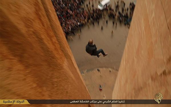 同性愛者は死刑。高い建物から突き落とされる。地面にはすでに別の男性が倒れているのがわかる。ラッカウィ氏によると、落とされてもまだ息がある場合は、石を投げつけて殺すという。イラク・ニナワ県(IS映像)
