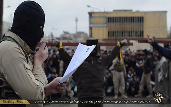 イラク・ニナワ県での公開処刑。罪状が読み上げられたあと、刑が執行される。男性2人が磔になっている。このあと、ピストルで頭を撃ち抜かれた。強盗罪とされるが、手足切断ではなく、磔の上の銃殺であり、おそらく強盗殺人など相当の重罪だと見られる。(IS映像)