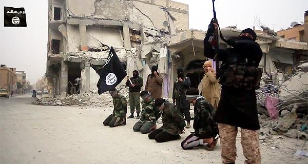 ヨルダン軍パイロットは空爆作戦に参加して拘束され焼殺されたが、ISは過去にもアサド政権の政府軍兵士を空爆現場に連れて行って処刑する映像を公開している。ひざまずいているシリア政府軍兵士4人は空爆現場で銃殺されている。背後にあるのはシリア政府軍によるとみられる爆撃で破壊された建物。このあと4人の兵士の遺体は車でラッカ市内を引きずり回された。(IS映像)