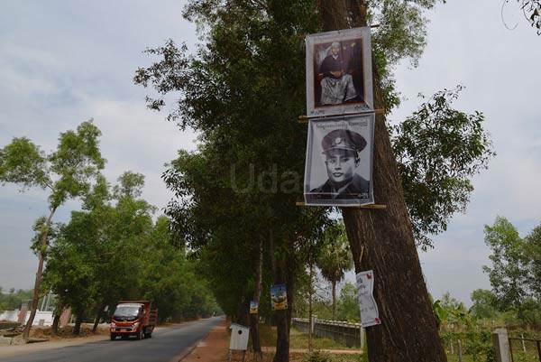 国道沿いには「アウンサン将軍」の生誕100年を祝うポスターや肖像写真が飾られていた。(バゴー地域)