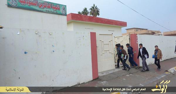 IS支配地域では、内戦でストップしていた学校教育も徐々に再開されている。だが、カリキュラムはこれまでと違い、ISの指導による「イスラム教育」が中心となっている。写真はイラクのキルクーク県(IS映像)
