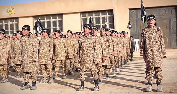 最近公開されたラッカで撮影されたとする映像。ISは一般学校とは別に、少年ムジャヒディン戦士を養成するための教育施設も各地に開設。軍事訓練やコーランの学習など、ISが理想とする「イスラム戦士」のための教育が進められている。シリア・ラッカ県(IS映像)