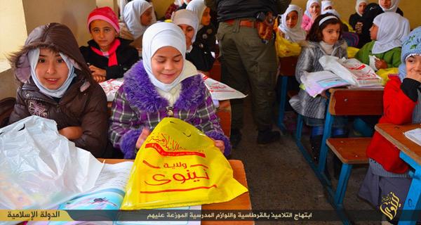 小学校の女子児童のクラス。児童が手にしている袋はISから配布された文房具などの学用品。ISはこうした映像を公開し、教育に力を入れていることを宣伝している。イラク・ニナワ県(IS映像)