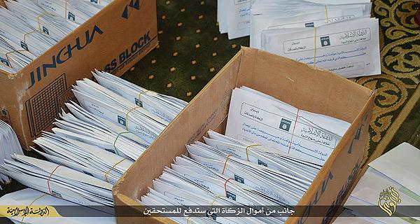 イスラム教のザカート(喜捨)という教えに基づいて、貧困家庭には物資に加え、一定額の現金も配布される。写真は現金が入っているとされる封筒。地方の行政機関が、配布対象の世帯を登録し、台帳に基づいて配布するという。イラク・ニナワ県(IS映像)
