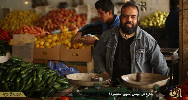 ISが公開したラッカの市場の様子。市民生活はISの統治のもと平安であることを強調し、「恐怖支配というのは西側キリスト教国・十字軍のデマである」などとしている。シリア・ラッカ県(イスラム国映像)