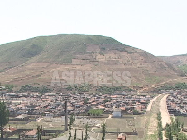 荒廃した北朝鮮の山3 見事に山頂まで木が刈られている。咸鏡北道のユソン郡 2005年6月中国側から石丸次郎撮影