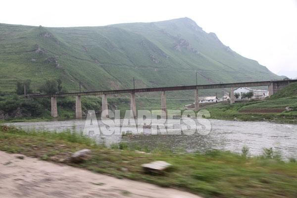 荒廃した北朝鮮の山4 国境の川・鴨緑江沿いを走る。北朝鮮側の山にはほとんど木がない。両江道 2010年7月中国側からリ・ジンス撮影