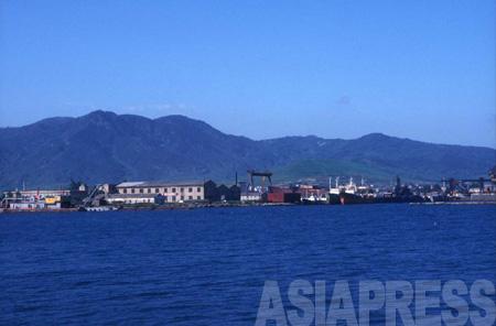 羅津港の埠頭。近海の漁業資源は枯渇気味だという。1997年8月 石丸次郎撮影(アジアプレス)