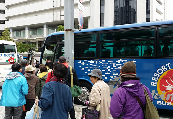 那覇市の沖縄県庁前から辺野古行きバスに乗り込む、抗議運動の参加者たち。代金はひとり往復で1000円(撮影・栗原佳子)
