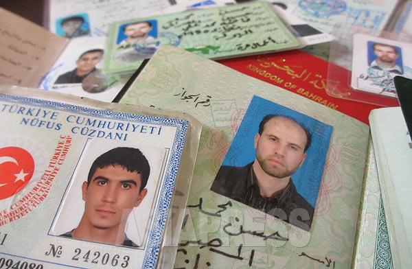 IS戦闘員が所持していたパスポートや身分証。クルド組織YPGが拘束して押収したり、戦死した遺体から回収した。トルコ、リビア、バーレーン、チュニジアなど多数の国に及ぶ。パスポートのほとんどにトルコ入国のスタンプが押されていた。外国人戦闘員の多くがトルコ経由で入国していることがわかる。シリアへは国境検問所を通ったり、秘密裏に越境するなどして入ってくるという。(シリア・カミシュリで9月・玉本英子撮影)