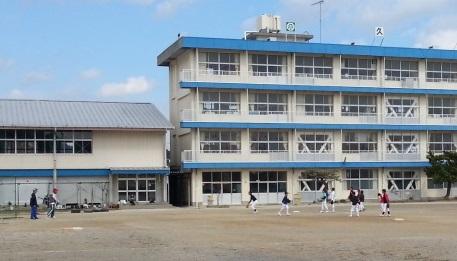 除染したが全校児童が戻らない久野浜地区の小学校(撮影筆者)