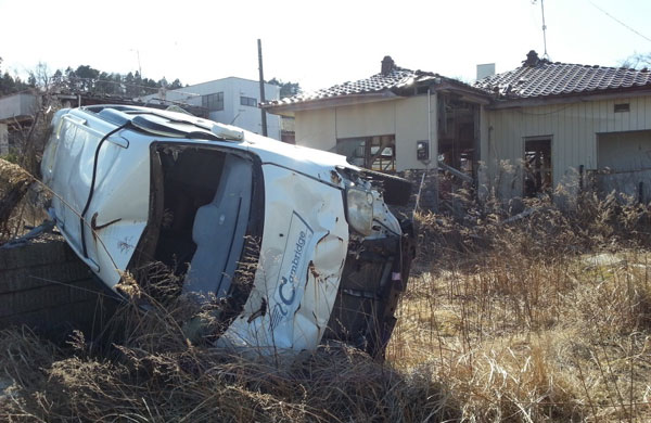 津波が襲った日のまま、破壊された車両が放置されている。富岡町で(撮影筆者)