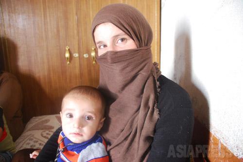 イスラム国に拉致され、見知らぬ男性と強制結婚をさせられたが、脱出したヤズディ教徒のアムシャ・アリさんと息子。(イラク北部シャリヤで2014年9月・玉本撮影)