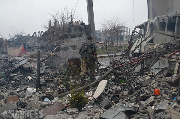 瓦礫と化したコバニ(アラブ名アイン・アル・アラブ)の町。4割近くは現在もイスラム国が支配、激しい戦闘が続く。(アレッポ県コバニで2014年12月下旬撮影・玉本英子)