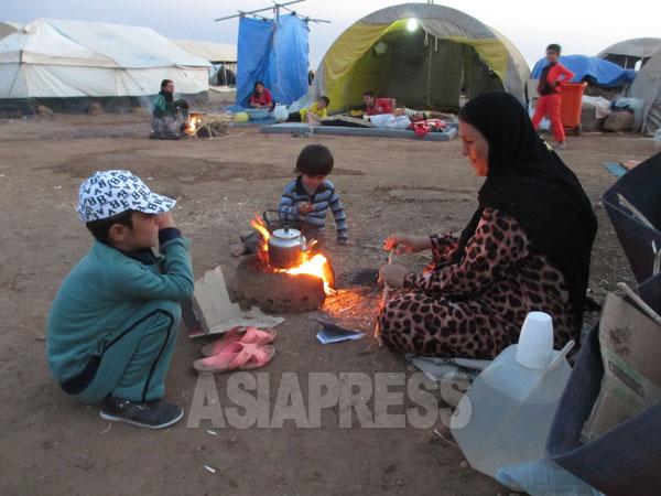 故郷シンジャルを追われたヤズディ教徒の住民たちの多くが、クルディスタン地域などに避難。シリア東部のネウロズ避難民キャンプで2014年9月玉本撮影。