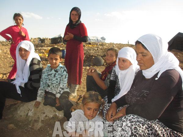イスラム国襲撃時、ヤズディ住民の多くが近郊の山へ逃げ込んだ。今も、およそ1000人が残る。ふもとはイスラム国が支配、人びとは不安な日々をおくっていた。イラク北西部ニナワ県シンジャル山で2014年9月玉本撮影。