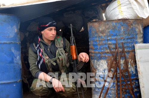 クルド人民防衛隊の女性戦闘員ゾザンさんは地元の普通の学生だったが町を守るため銃をとった(アレッポ県コバニ2014年12月下旬 玉本撮影)