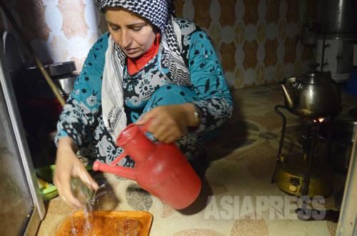 町には電気や水はなく、シャワーをあびるのも難しい。ジョウロに汲んだわずかな水でコップを洗っていた(アレッポ県コバニ2014年12月下旬撮影)