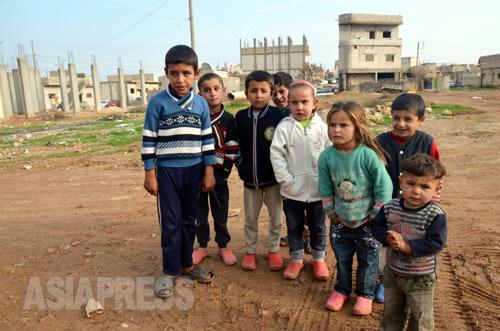 町の商店や学校は閉鎖されたまま。子どもたちは「学校にいきたい」と話した(アレッポ県コバニ2014年12月下旬撮影)