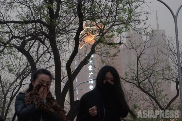 15日北京 口を覆うなどして帰路を急ぐ人々 北京市建国門にて撮影宮崎紀秀