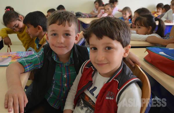 子どもたちは、イラクの教育省から提供される教科書で週に6日、 算数、理科など5教科を学ぶ。(アルビル郊外で4月23日撮影・玉本英子)
