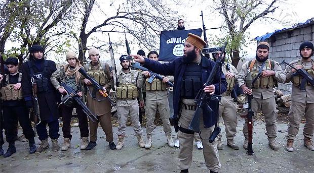 シンジャルを制圧したIS戦闘員。クルド自治区ペシュメルガ部隊などのクルド勢力と攻防戦を展開。(IS映像より)